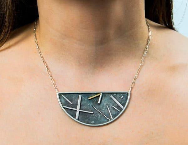 Collar de diseño en plata oxidada y oro justo Fairmined