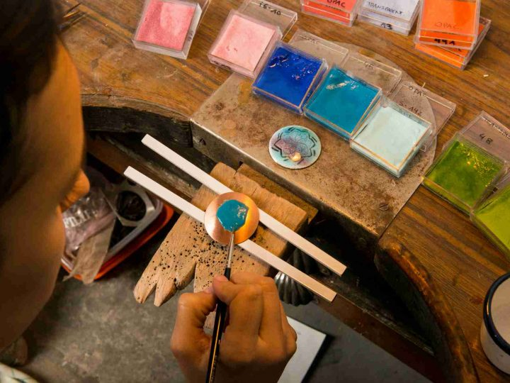 ¿Qué es el esmalte artístico al fuego sobre metales?