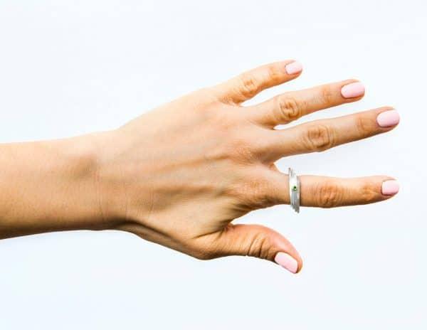 Anillo de plata hecho a mano con gema preciosa granate tsavorita