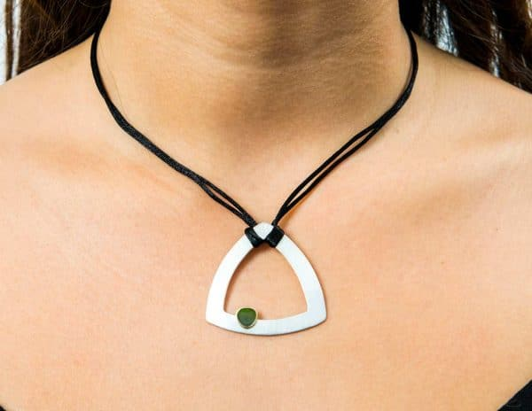 Collar de plata de ley, oro justo y esmalte verde pliqe-à-jour trine