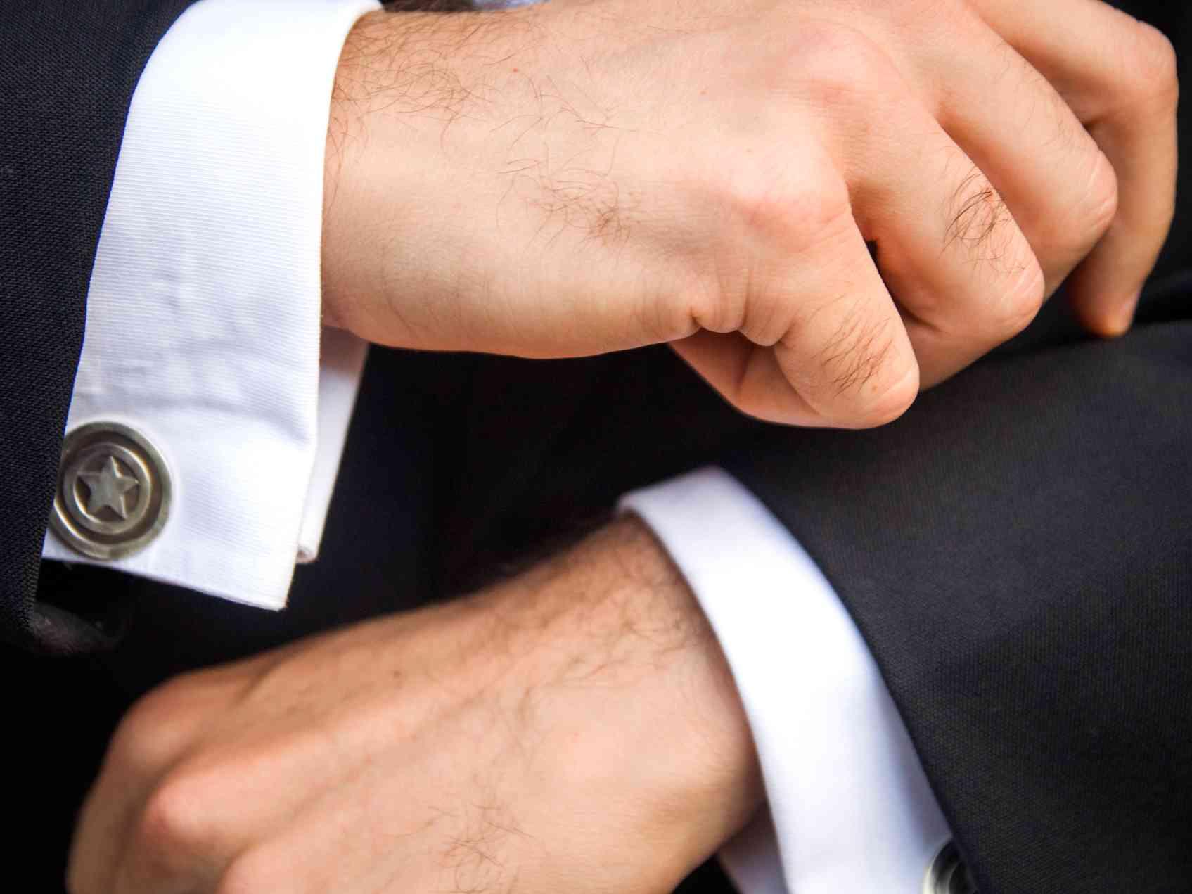 Gemelos de diseño para novio en una boda especial