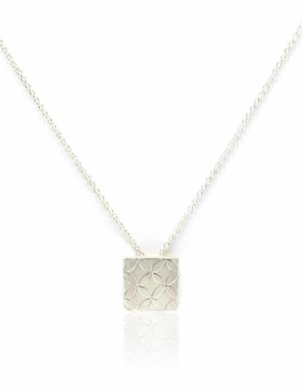 Collar de plata con grabado hidráulico