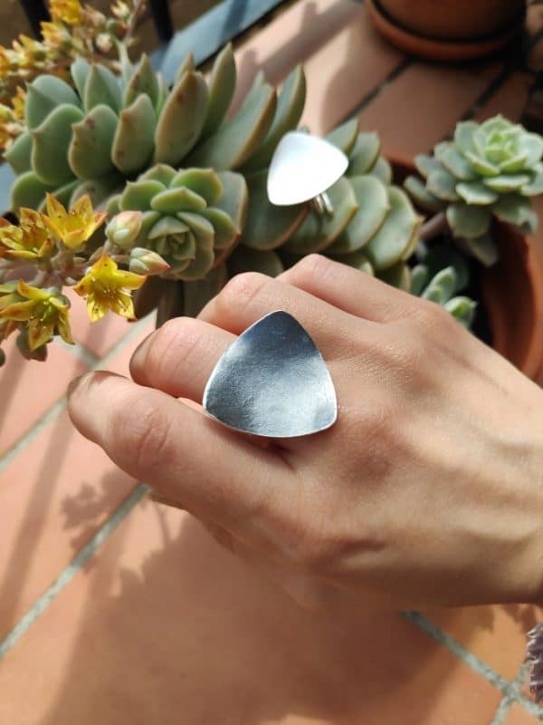 Anillo de plata oxidada hecho a mano