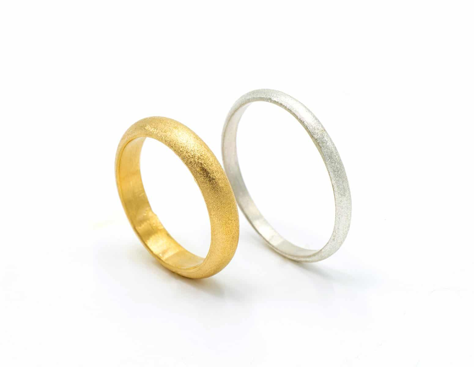 Alianzas de boda artesanales con textura diamantada y oro justo Fairmined