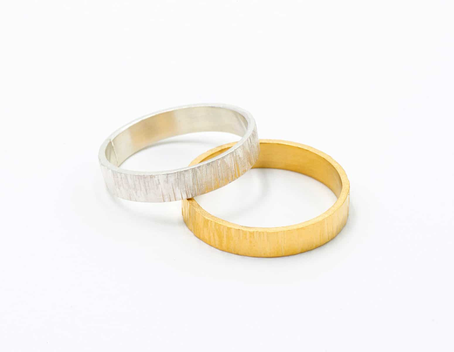 Alianzas con texturas martelé de oro justo