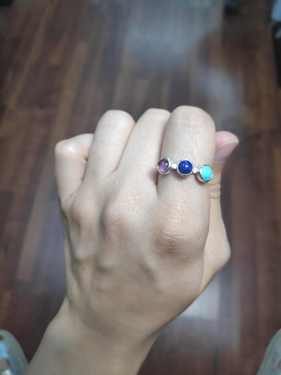 Anillo personalizado con tres gemas trazables