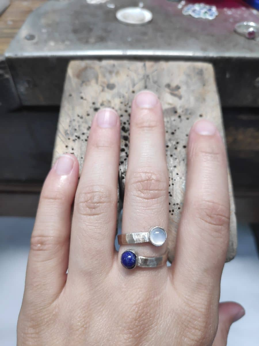 Anillo de plata personalizado con gemas trazables