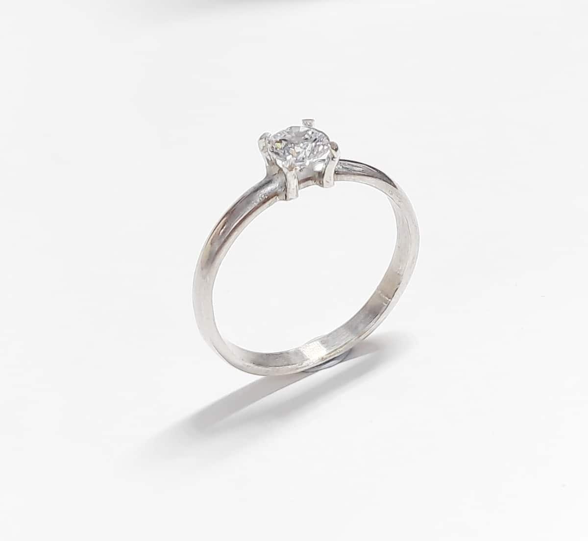 Solitario hecho a mano en oro blanco Fairmined y diamante